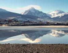 Espejo en la Bahía Encerrada de Ushuaia, Tierra del Fuego, Patagonia Argentina